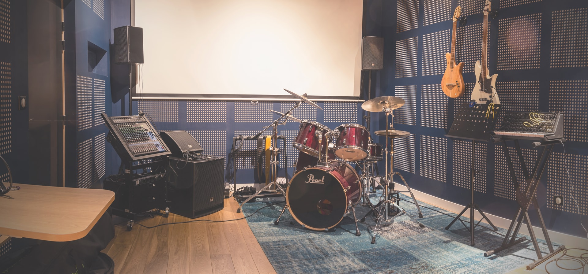 414/Photos/10_studio_de_musique/hotel-le-magic-hall-studio-musique--instruments-rennes-min.jpg