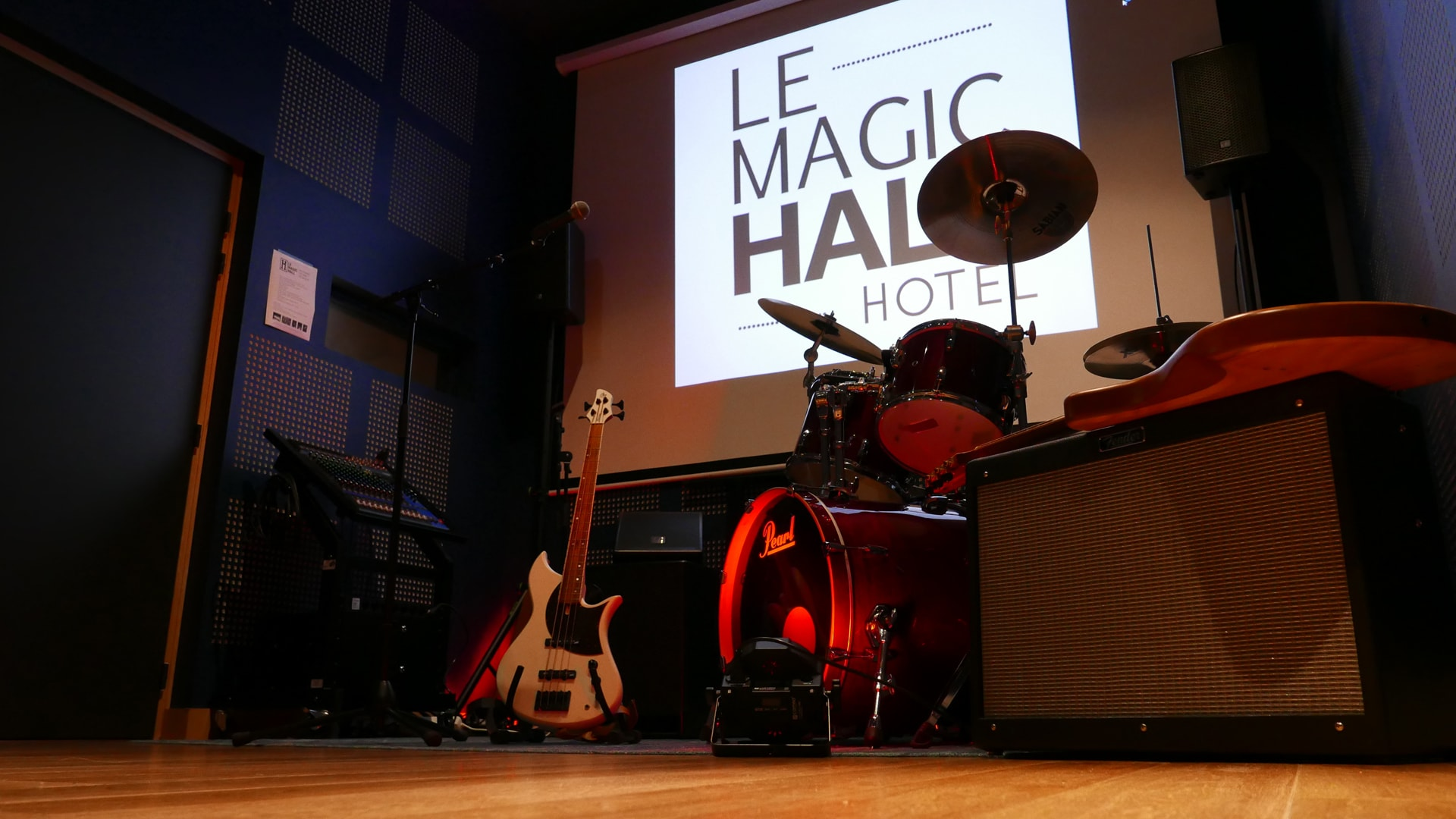 414/Photos/10_studio_de_musique/hotel-le-magic-hall-studio-musique-rennes-instruments-min.jpg